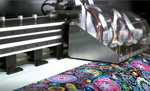 Cabezal de impresora gran formato imprimiendo papel transfer